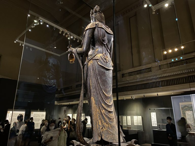 国宝『十一面観音菩薩立像』の後ろ姿