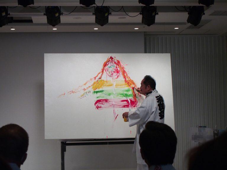2021年7月23日に行われたリトアニア大使館による文化イベント『絵画と音楽の融合 - 松井守男画伯とジドレ・オヴシュカイテさんのパフォーマンス』にて即興で制作する松井さん