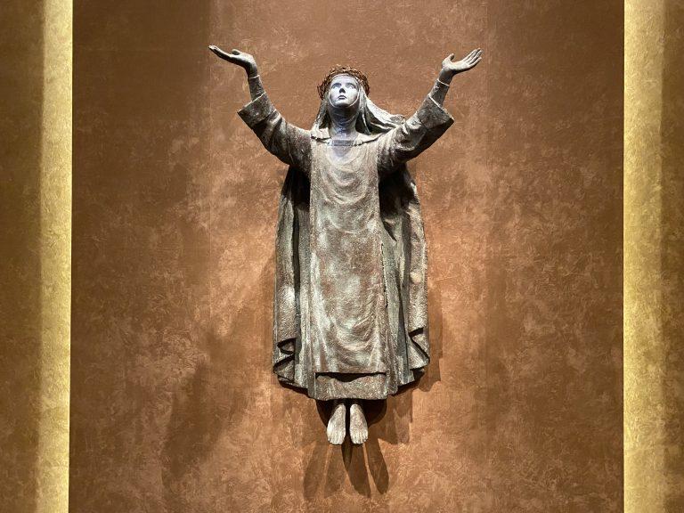 シルヴィア・ミニオ=パルウエルロ・保田『シエナの聖カタリナ像とその生涯の浮彫り』(部分)