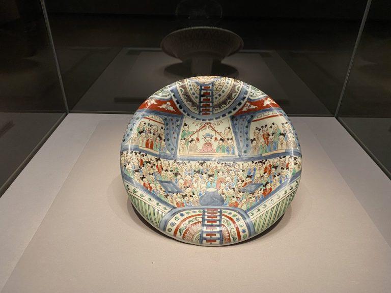肥前『色絵講堂人物文皿』 日本・江戸時代 18世紀 根津美術館蔵